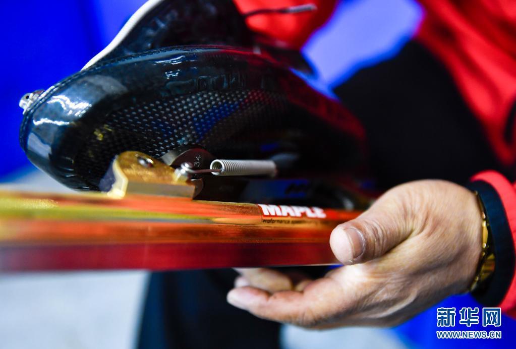 赵伟昌在长春市滑冰馆场边擦拭滑冰鞋(3月30日摄)。新华社记者 许畅 摄