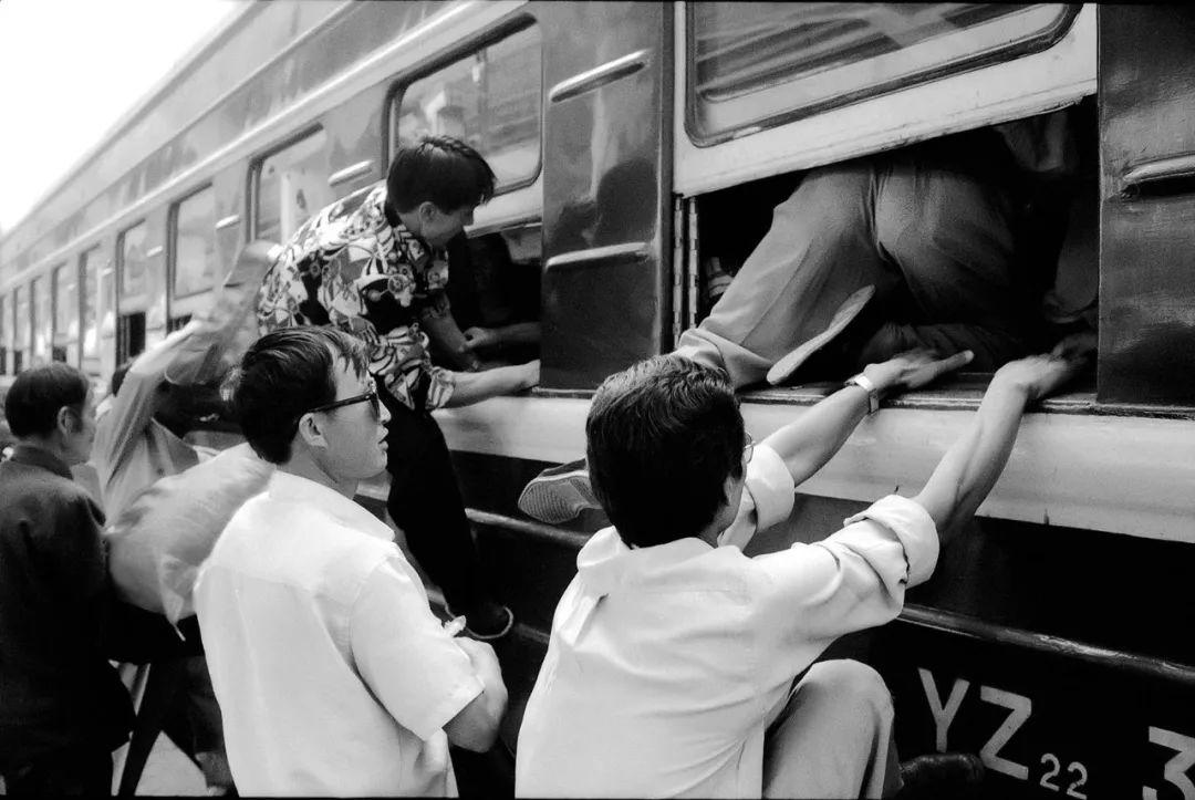 40年前的春运火车 有人围桌打麻将,有人当场生孩子 最新热点 第16张