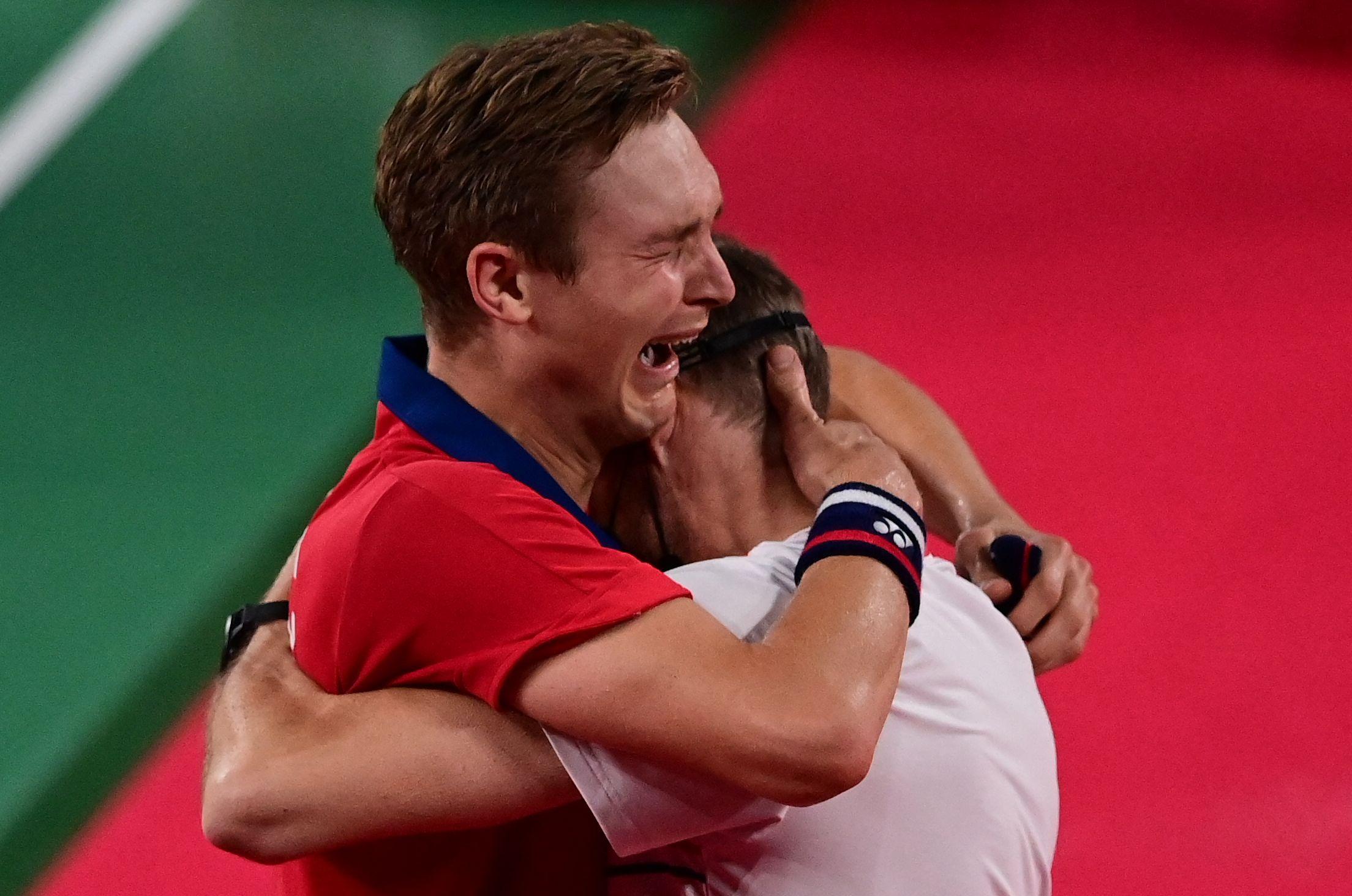 安赛龙抱着教练痛哭。