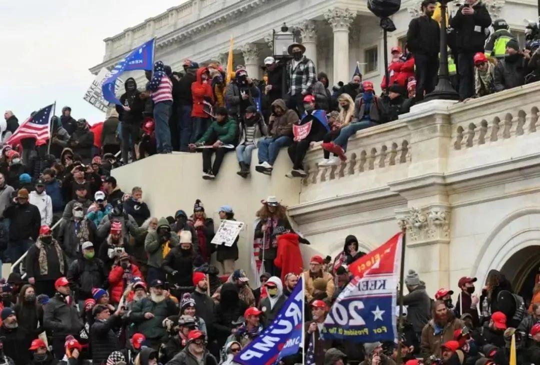 美东时间1月6日下午3点,美国国会大厦已被大量特朗普支持者包围。
