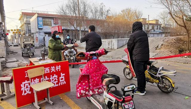 1月6日,石家庄正定县西关村村口设置卡口进行疫情防控。