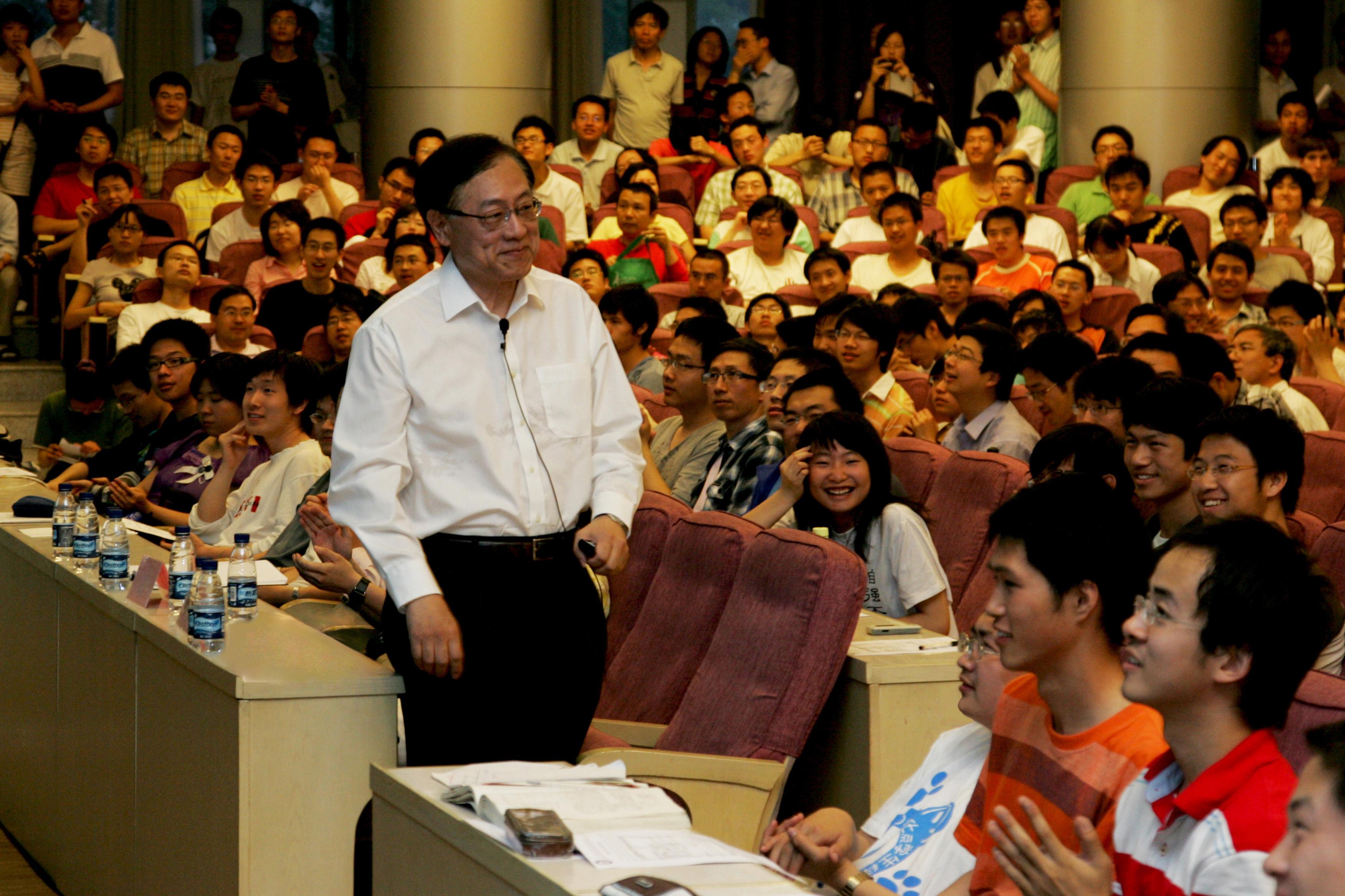 ↑2009年5月,姚期智给清华学生作报告。(清华大学供图)