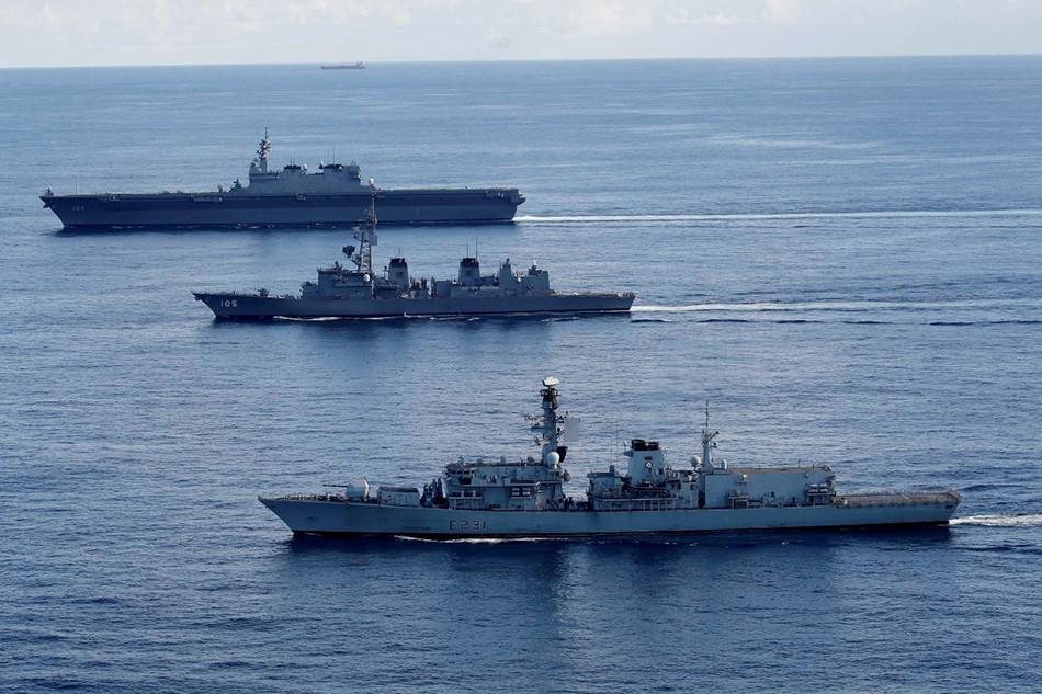 英国海军与日本海上自卫队举行联合演习。