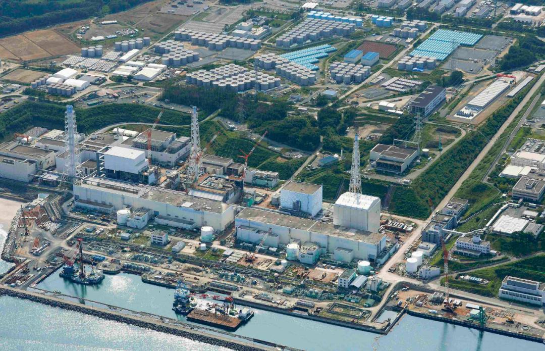 ▲福岛第一核电站及其污水存储罐全景图。图片来源:新华社/路透