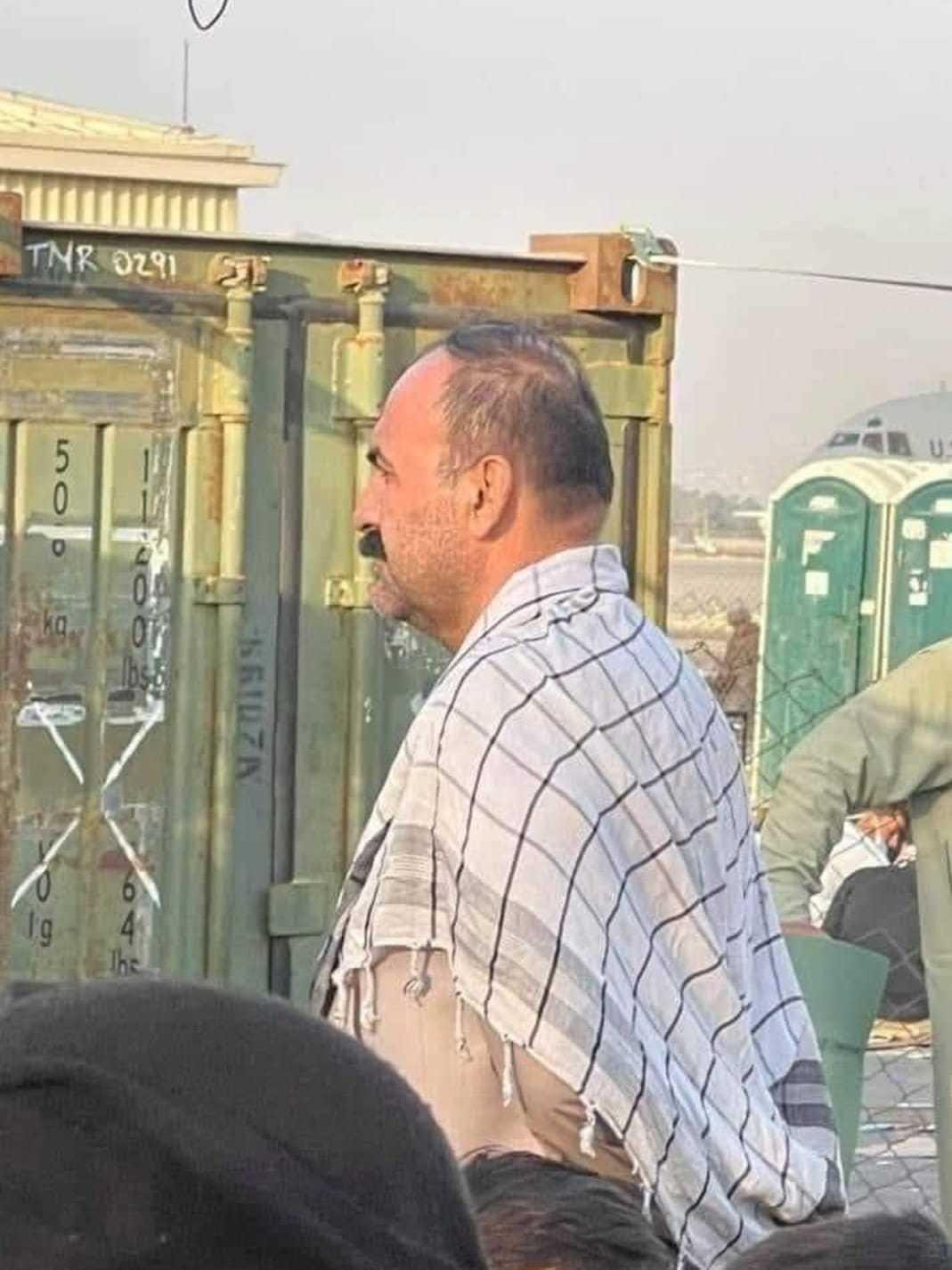 阿富汗前陆军参谋长阿赫马德扎伊穿便服现身机场排长队等飞机