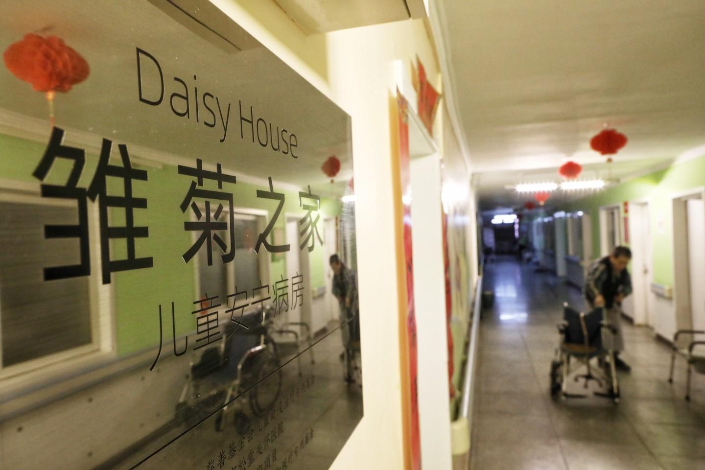 2021年3月21日,北京松堂关怀医院,一位老人在病房外通道散步。专为儿童临终关怀设置的病房雏菊之家,位于通道的末端。新京报记者 王嘉宁 摄