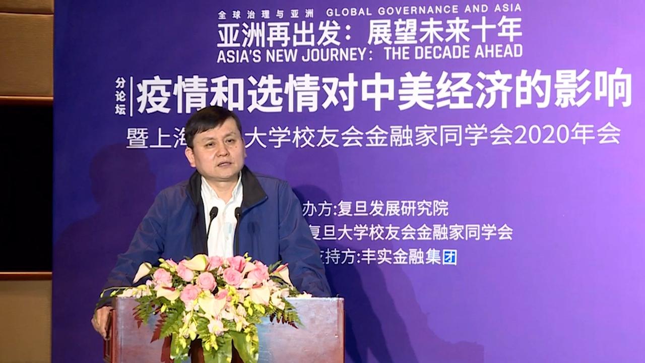 复旦大学附属华山医院感染科主任张文宏在论坛现场发言