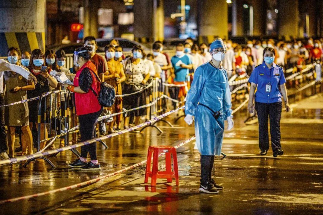2021年 6月1日,广东佛山市南海区,人们夜间排队进行核酸采样。图/人民视觉