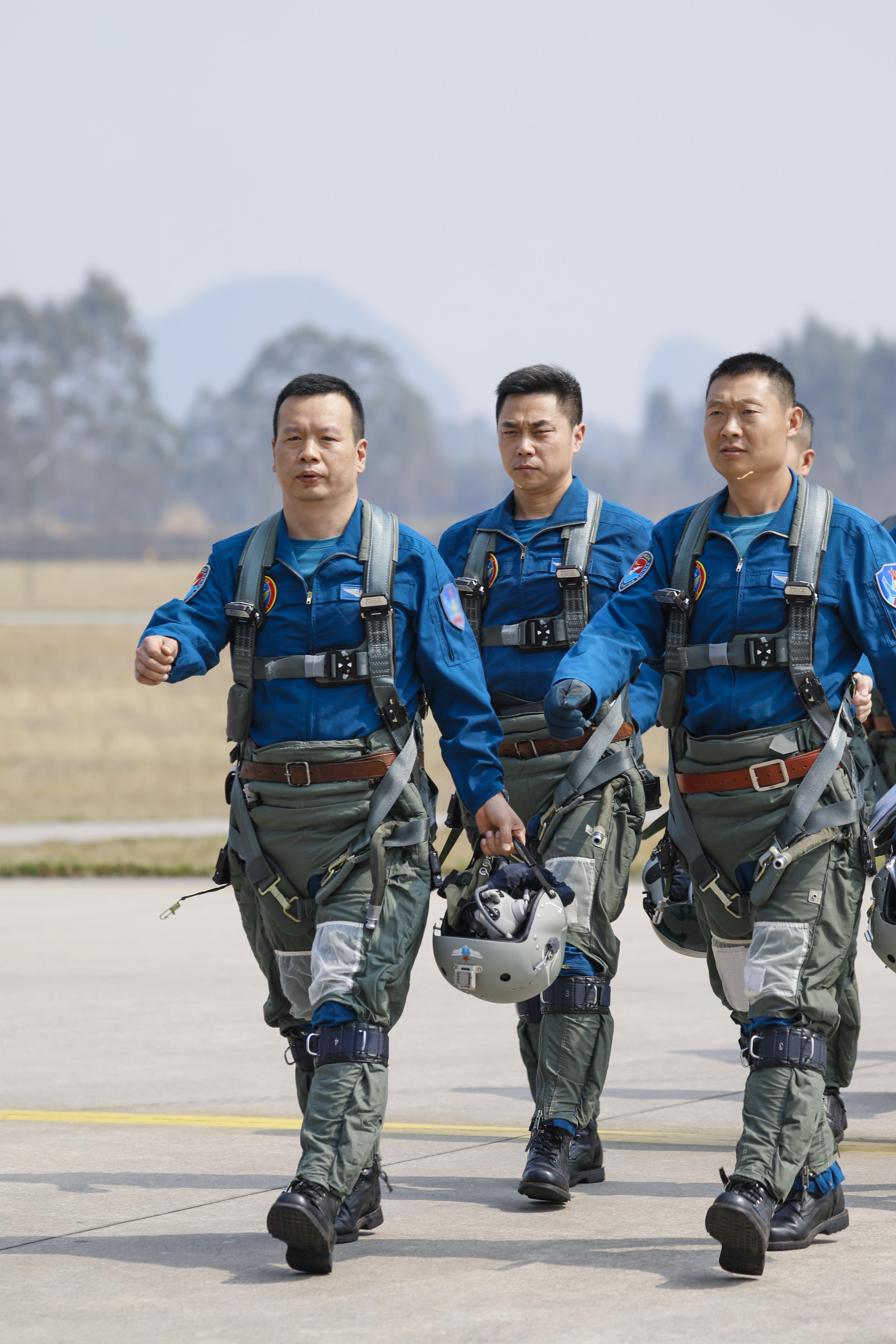 ↑2月23日,复飞重返战位的一等功空军飞行员王建东与战友列队走向战机。彭程 摄