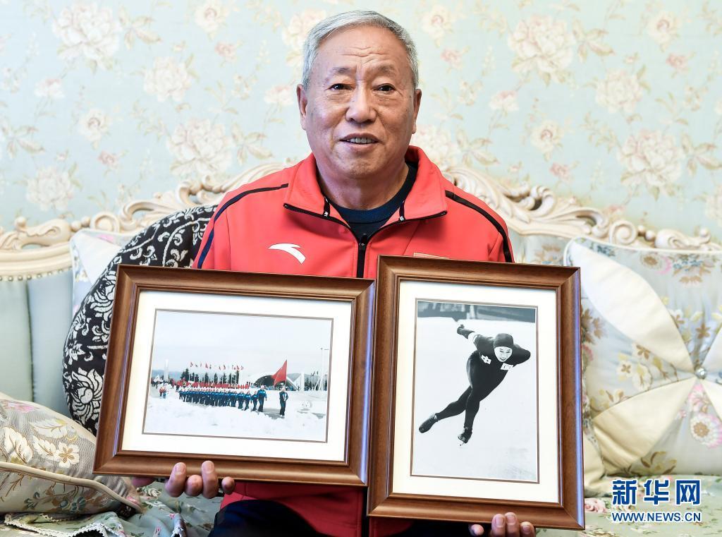 赵伟昌在家中展示1980年中国代表团在第十三届冬奥会开幕式上入场(左)和他1980年在第十三届冬奥会男子1000米速度滑冰比赛中(右)的照片(3月30日摄)。新华社记者 许畅 摄