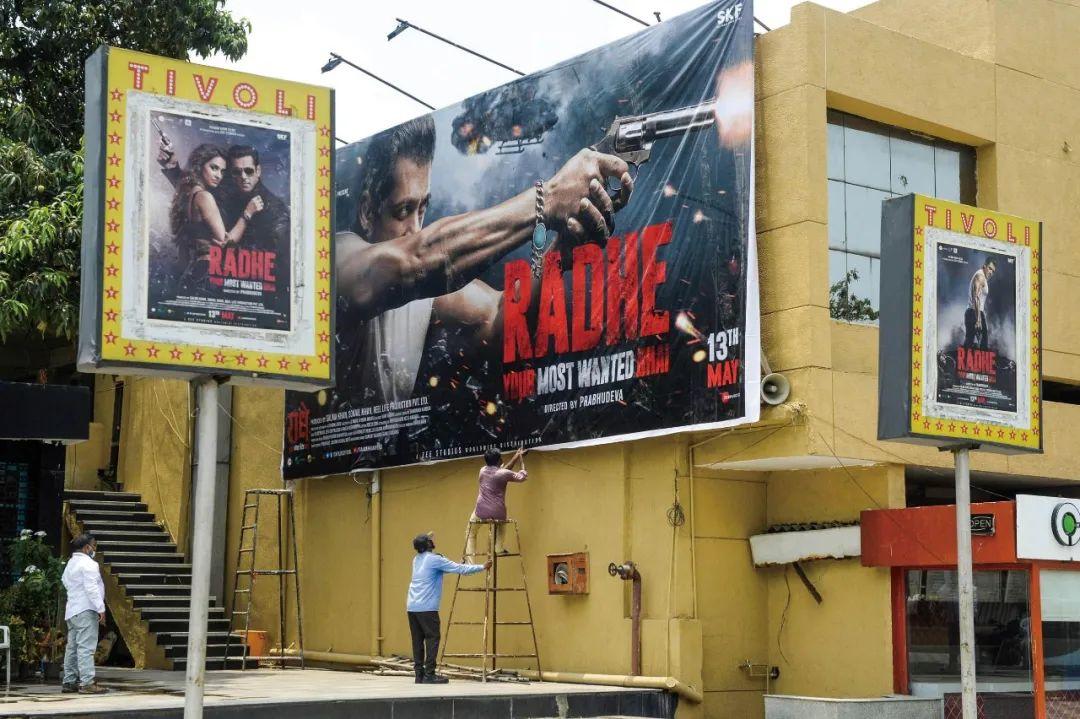 2021年5月11日,印度塞孔得拉巴德,工作人员为宝莱坞电影《Radhe》的上映做准备(图源:视觉中国)