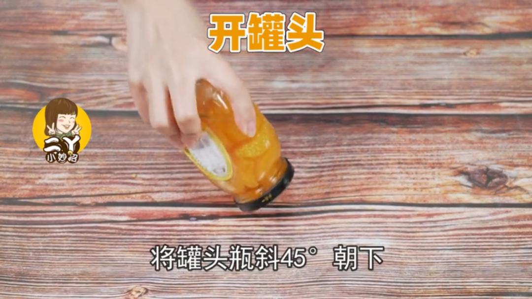 """原来啤酒瓶盖上有个""""小玄机"""",用手就能拧开,省事又省力"""