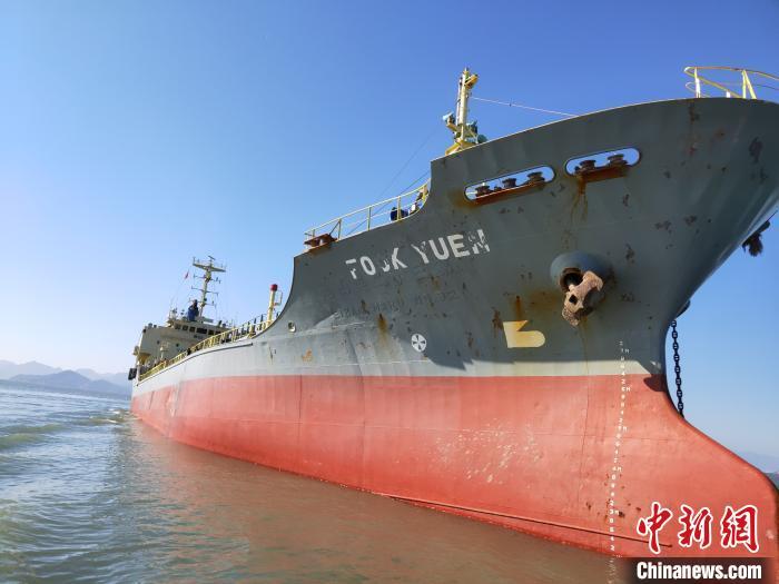 图为擅自进港的外国籍油船。 宁德海事局 供图