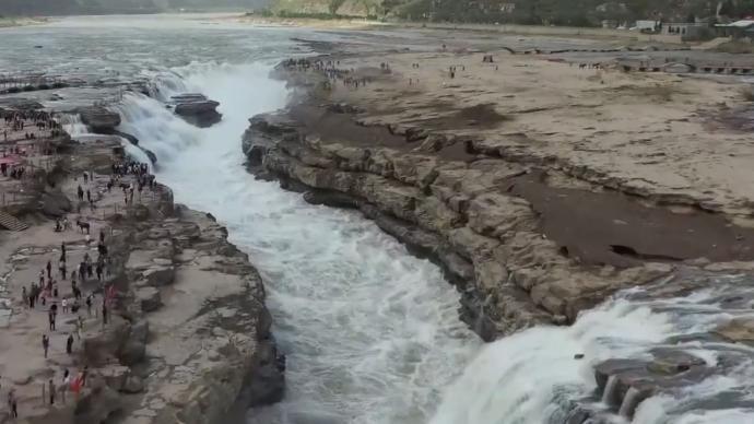 气温回升,黄河壶口瀑布出现河槽清瀑景观