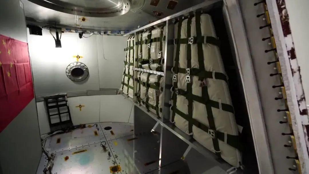 右侧货包及货架用于测试天地往返货运功能(执行载人任务时可拆除)