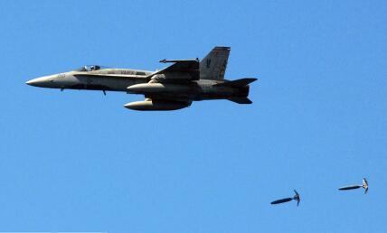 美军战斗机投掷炸弹打击地面目标