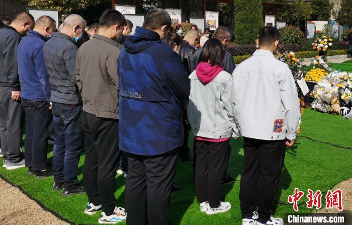 当地民众自发前往陵园内悼念,表达对戍边英烈的缅怀之情。 王登峰 摄