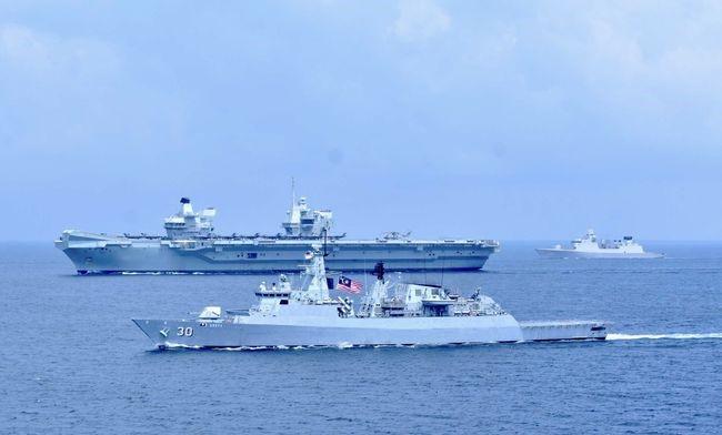 """进入南海后,""""伊丽莎白女王""""号航母与马来西亚海军进行了联合演习。"""
