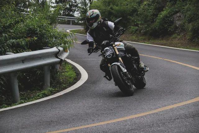 △对于机车勇士来说,摩托是跑山的标配/图虫创意
