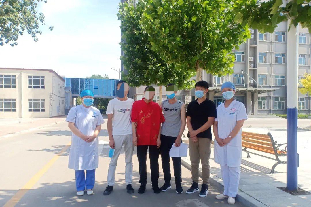 团圆后,李广山及其家人与医护人员合影。受访者供图