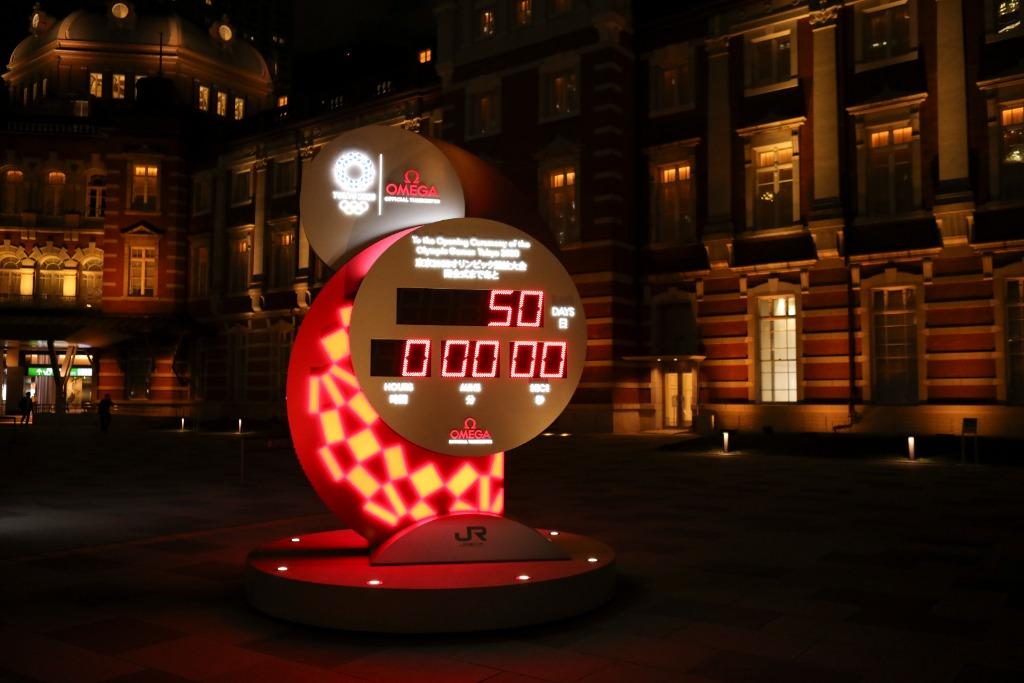 位于东京站广场的奥运会倒计时牌。(新华社记者王子江 6月3日摄)