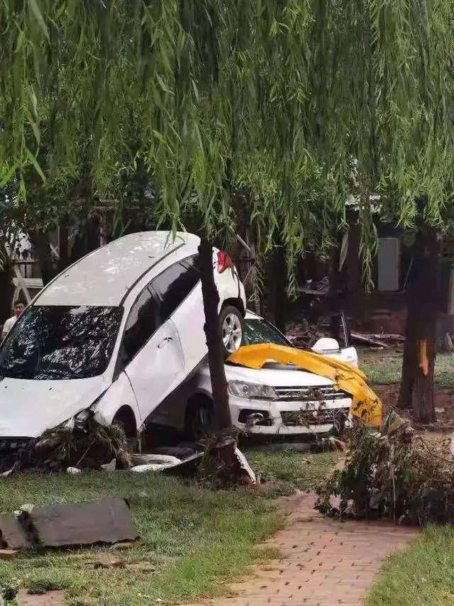 7月21日,巩义市康店镇被洪水中浸泡过的车辆。受访者供图