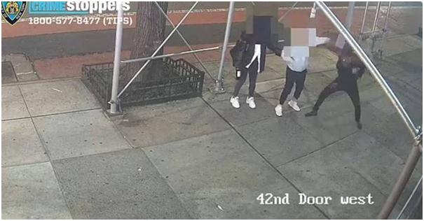 台湾女学生特蕾莎和朋友日前在纽约曼哈顿街头遭攻击。图自纽约警察局