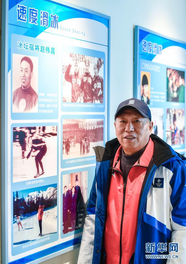 赵伟昌站在吉林省冰雪运动展览馆内速度滑冰相关展板前(3月30日摄)。新华社记者 许畅 摄