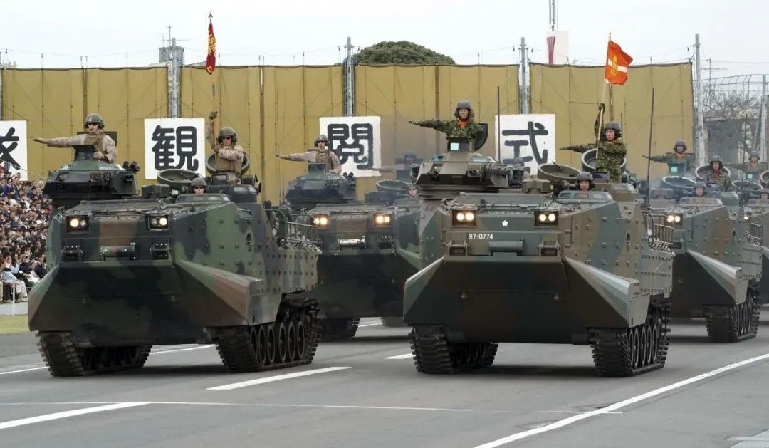 ▲ 2018年10月14日,东京北部的朝日自卫队基地,美国海军陆战队(左)和日本自卫队(右)两栖突击车车队一同接受检阅。