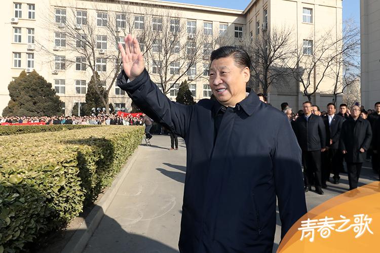 2019年1月17日,习近平在天津南开大学向学生挥手致意。