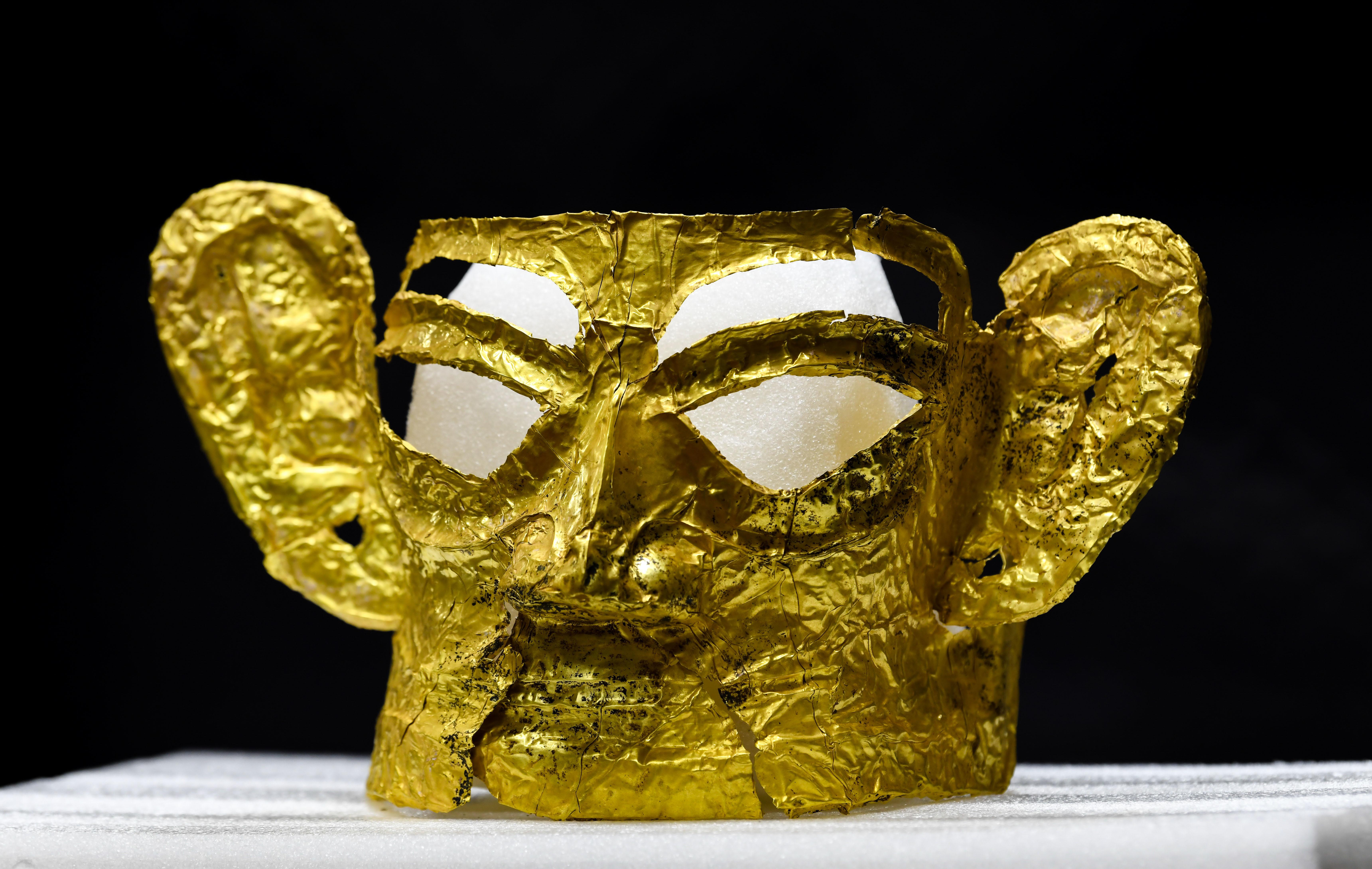 """↑这是9月2日在四川省文物考古研究院三星堆考古研究所拍摄的三星堆遗址3号""""祭祀坑""""出土的金面具。新华社记者 王曦 摄"""