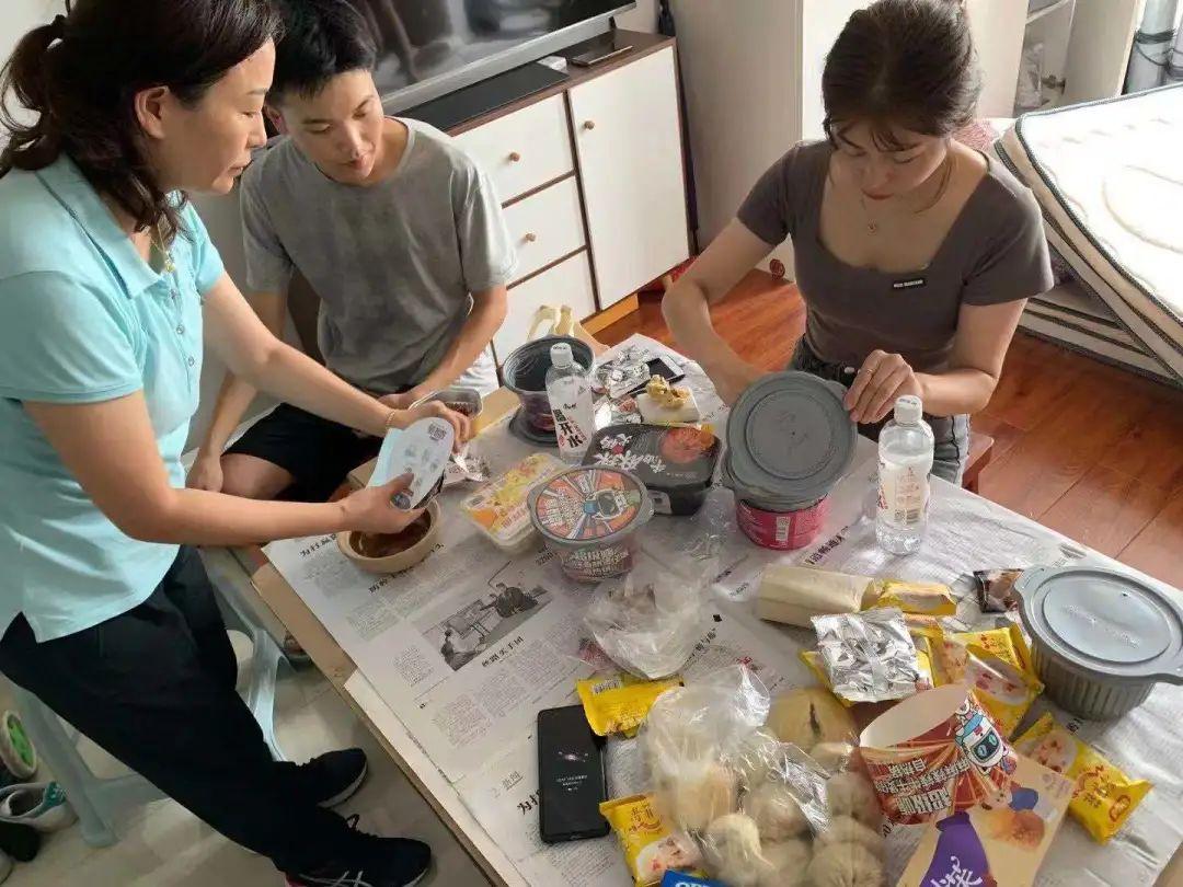 ▲7月21日,被救市民在任沫帆提供的员工宿舍里进食。受访者供图