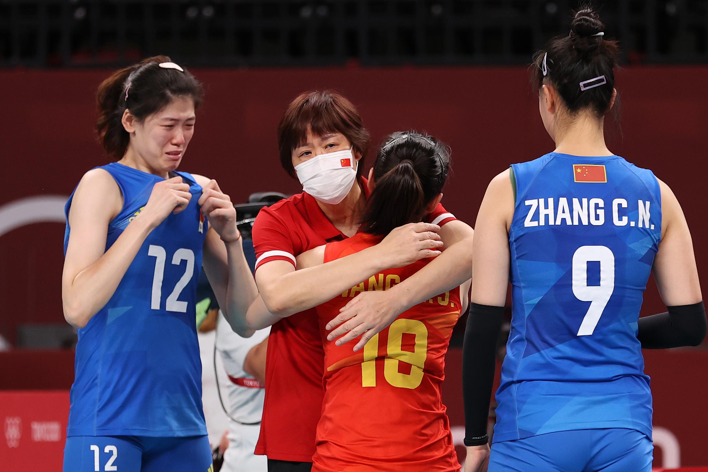郎平拥抱王梦洁,身旁的李盈莹已经哭崩。