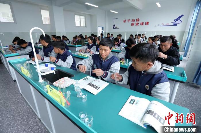 文昌中学的学生们正在上实验课。 王磊 摄