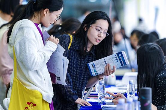 2019年4月14日,在深圳举办的一场招聘会上,求职者与用人单位工作人员交流。图 新华社