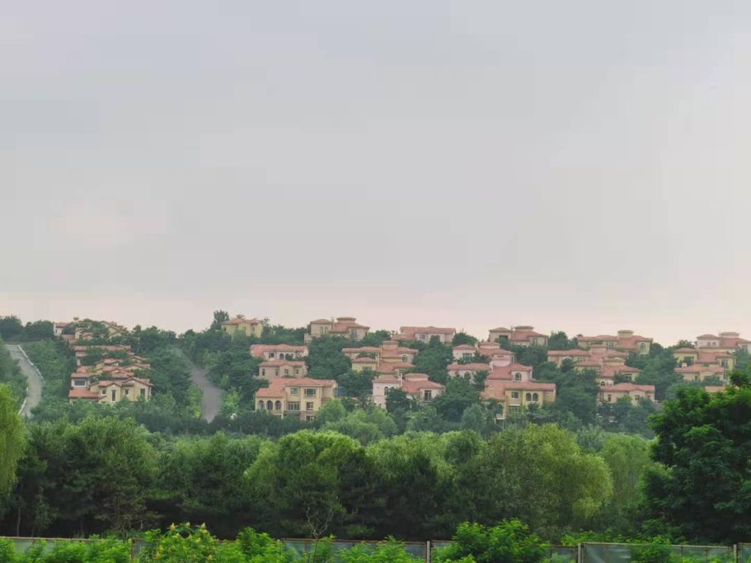 思拉堡温泉小镇内建设着大量别墅。高中华/摄