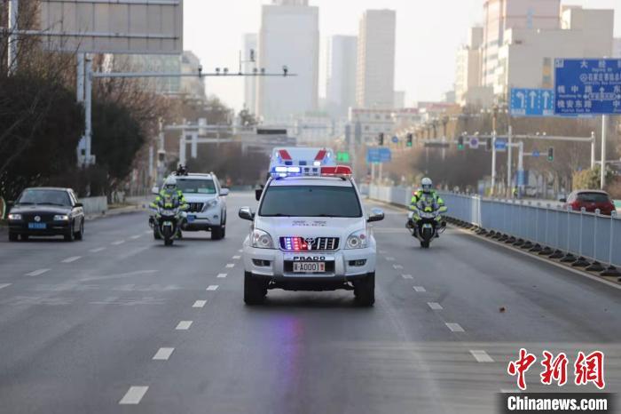 """图为河北警方""""无缝对接""""全程护送。河北省交管局供图"""