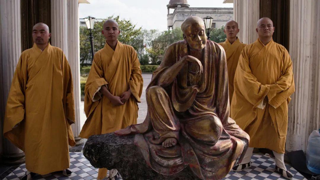2013年 浙江横店 四名扮演出家人的群演和佛像