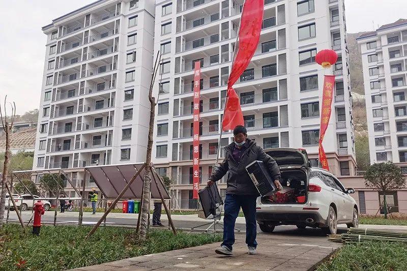 2021年1月21日,云南昭通白鹤滩水电站巧家库区金塘迁建集镇移民安置区,移民在搬家。图|视觉中国