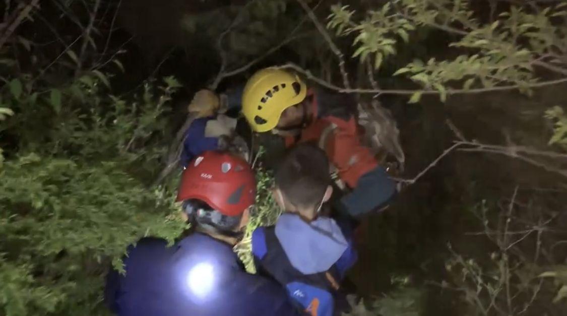 个中一男人跌落15米深的断崖