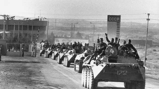 苏联装甲部队行驶在阿富汗土地上