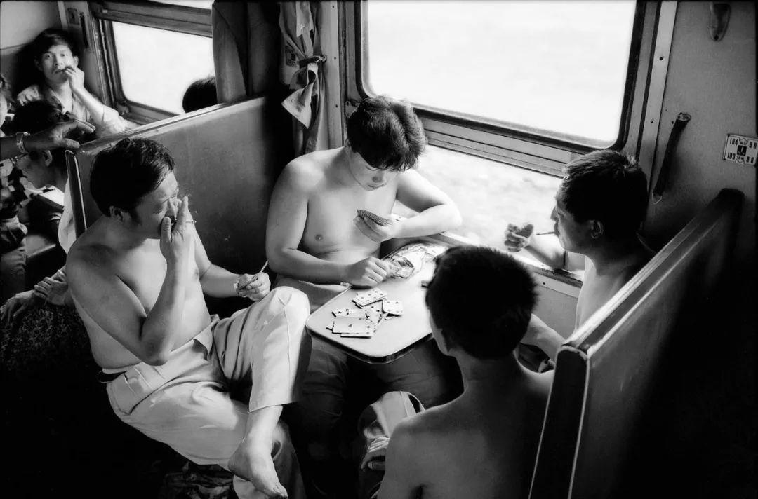 40年前的春运火车 有人围桌打麻将,有人当场生孩子 最新热点 第26张