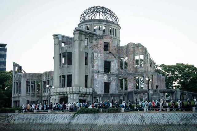 广岛原子弹爆炸76周年,反核和反政府抗议者走在原子弹轰炸的废墟旁(图源:外媒)