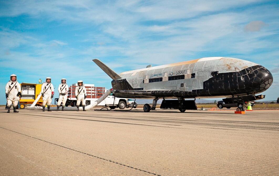 美国空军人员对着陆的X-37B太空战机进行检查