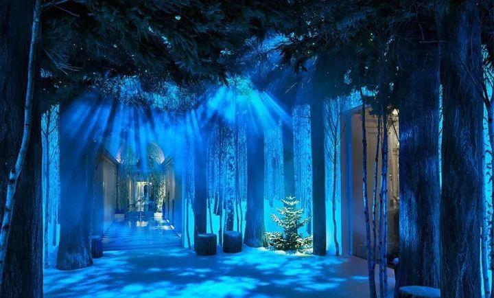 Marc Newson 和 Jony Ive 合作设计的圣诞装置