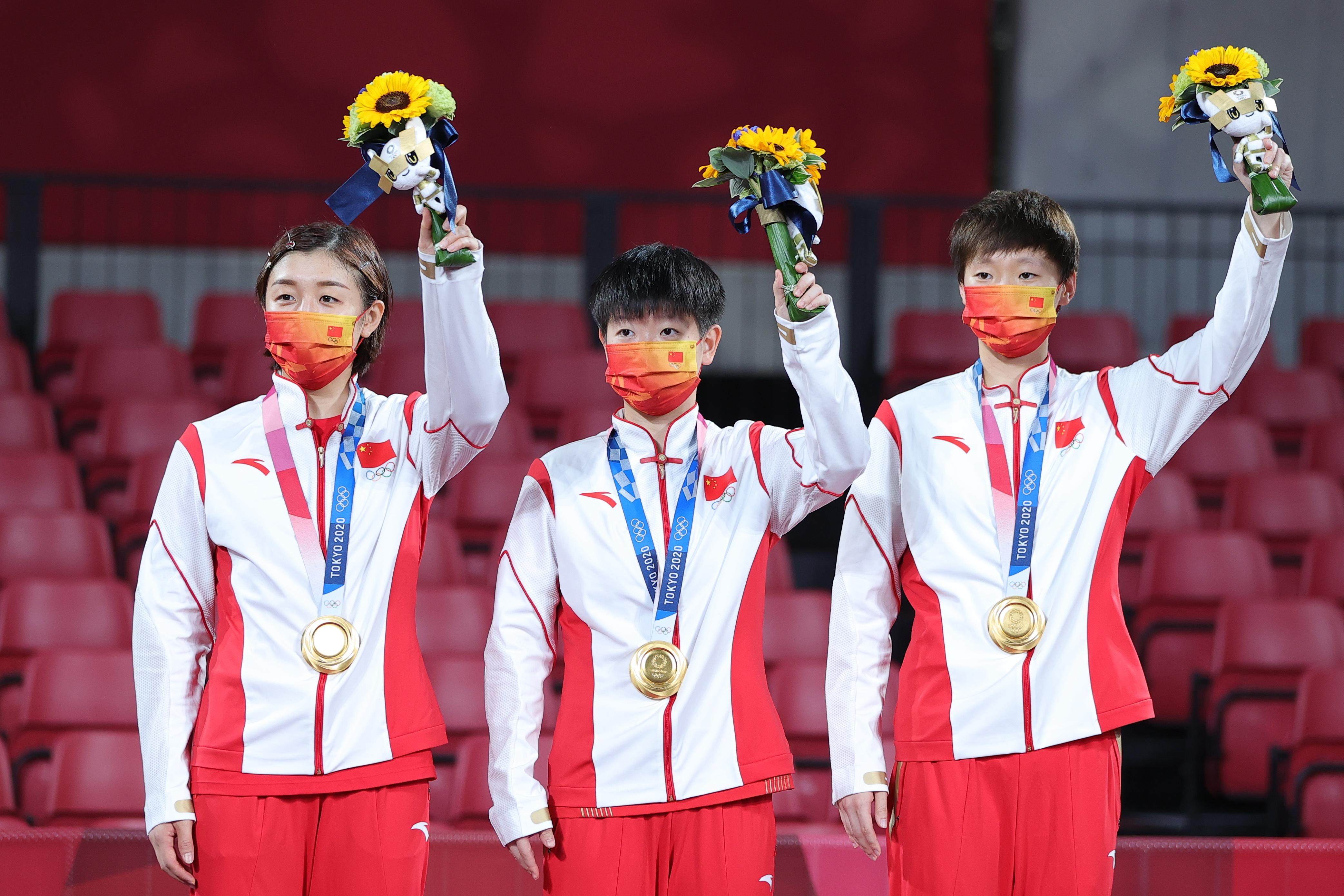 8月5日,中国队选手陈梦(左)、孙颖莎(中)和王曼昱在颁奖仪式上。新华社记者王东震摄