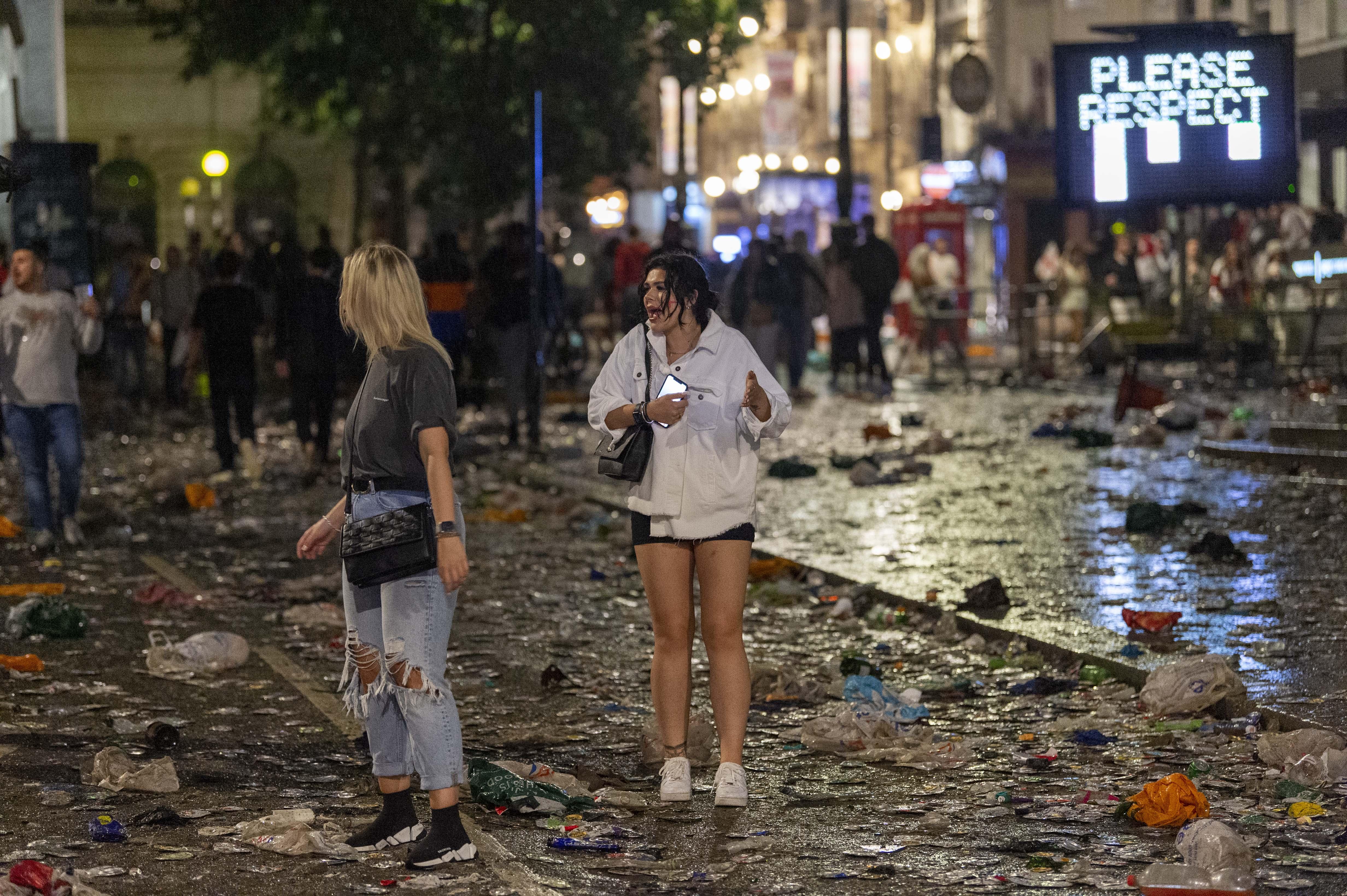 伦敦街头满是垃圾。