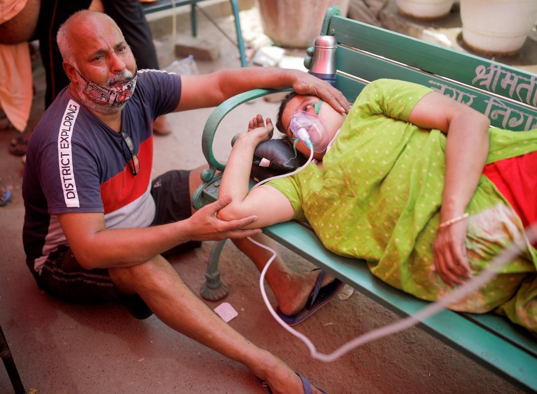 5月3日,一名女子在印度加济阿巴德吸氧。新华社 图
