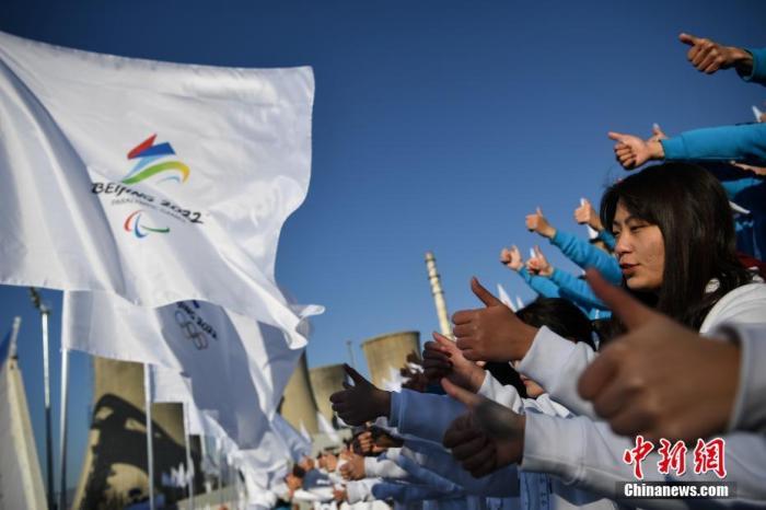 图为现场的志愿者代表集体竖起大拇指。中新社记者 崔楠 摄