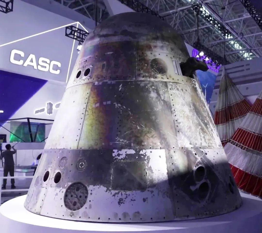 参展的新一代载人飞船试验船返回舱实物